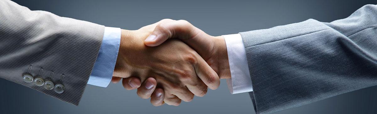 Foto: Zwei Hände beim Händeschütteln