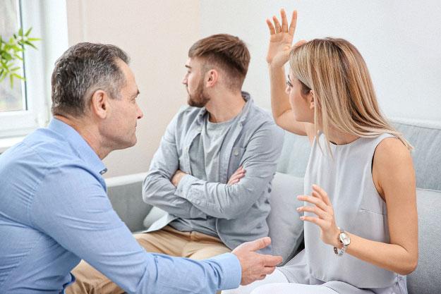 Foto: Streitendes Paar mit Mediator